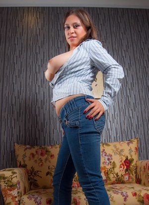 Latina in Sexy Jeans Photos